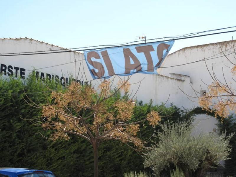 Los partidarios del almacén nuclear en Yebra han elegido el azul para sus pancartas reivindicativas