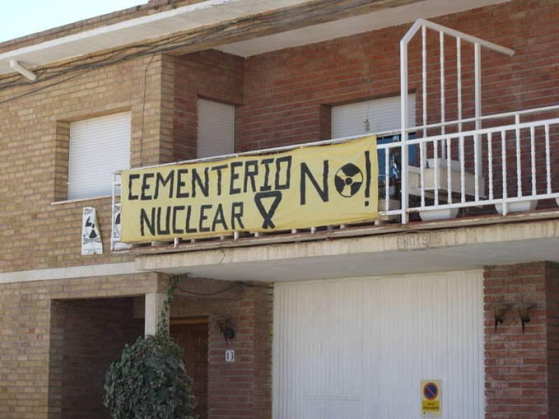Un vecino de Yebra ha colgado de su balcón una pancarta contra el cementario nuclear