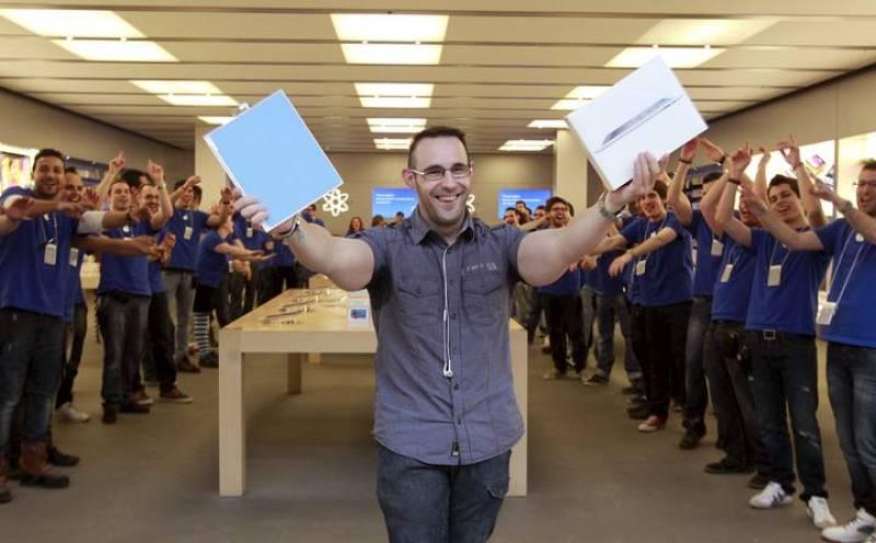 Ricardo, el primero en adquirir en Madrid el Ipad 2, la nueva tableta electrónica de Apple