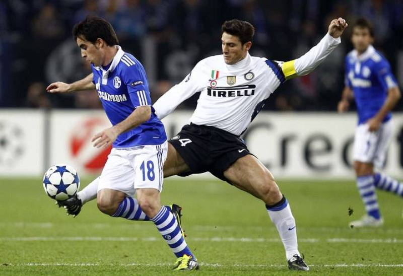 Jose Manuel Jurado (I), del Schalke, lucha con Javier Zanetti, capitán del Inter de Milán.