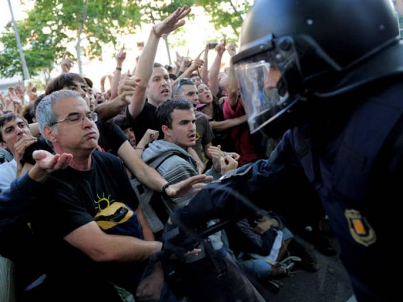 Manifestantes forcejean con la Policía