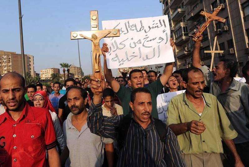 Centenares de personas corean lemas cerca de la catedral de Abbasiya en la capital egipcia.