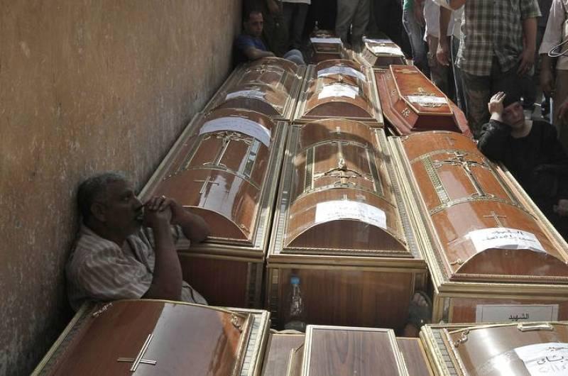 Algunos de los 24 féretros de coptos en un hospital de El Cairo.