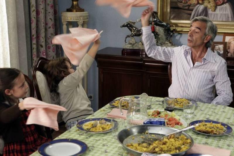 20 de noviembre de 1979. Antonio Alcántara está convencido de que su negocio de banderas será un éxito, así que no pierde tiempo en enseñar a los más pequeños de la casa como agitar con desparpajo una bandera o una servilleta...