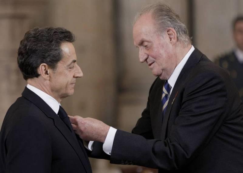 El rey Juan Carlos, durante el acto de imposición del Collar de la Orden del Toisón de Oro al presidente francés, Nicolas Sarkozy, antes de ofrecer en su honor un almuerzo en el Palacio Real.