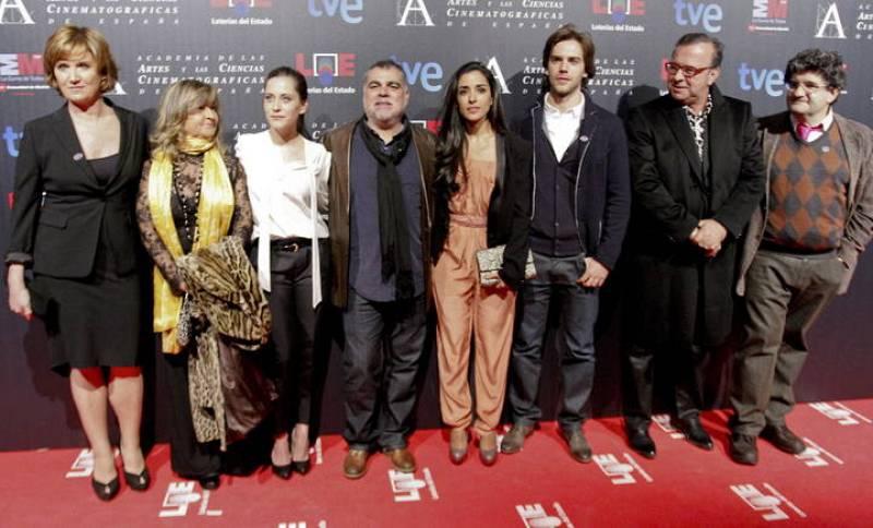El equipo de la película 'La voz dormida' rodea a su director, Benito Zambrano .