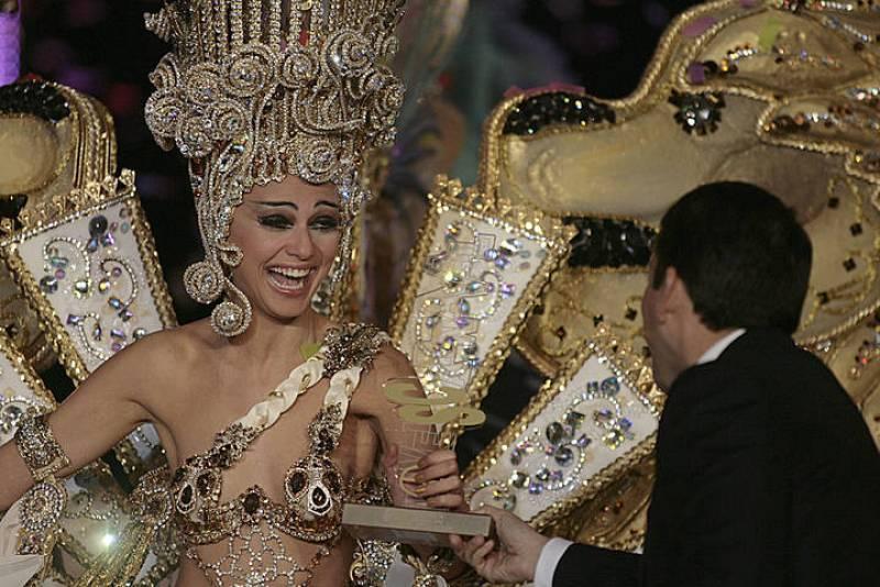 """La candidata Carmen Gil, con la fantasía """"Imperio"""", recibe su premio como Reina del Carnaval de Santa Cruz de Tenerife 2012"""