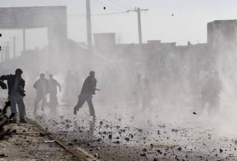 Manifestantes arrojan piedras contra la Policía en Kabul