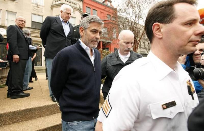 Clooney y su padre protestaban ante la embajada de Sudán