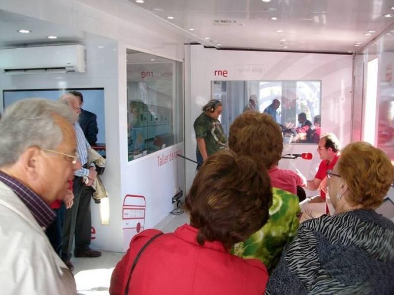 Un grupo de visitantes, atentos a una de las muchas de las actuaciones musicales celebradas el camión-estudio en Murcia.