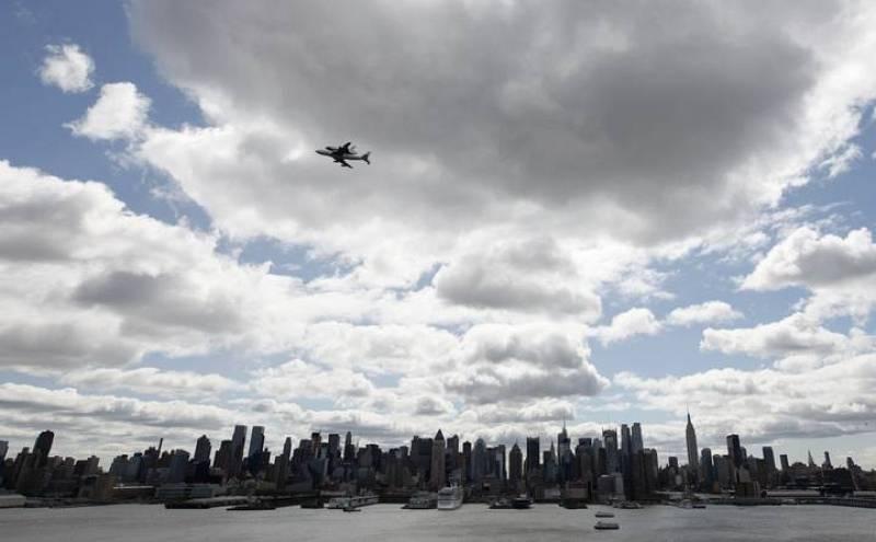 Otra vista del transbordador sobrevolando Manhattan