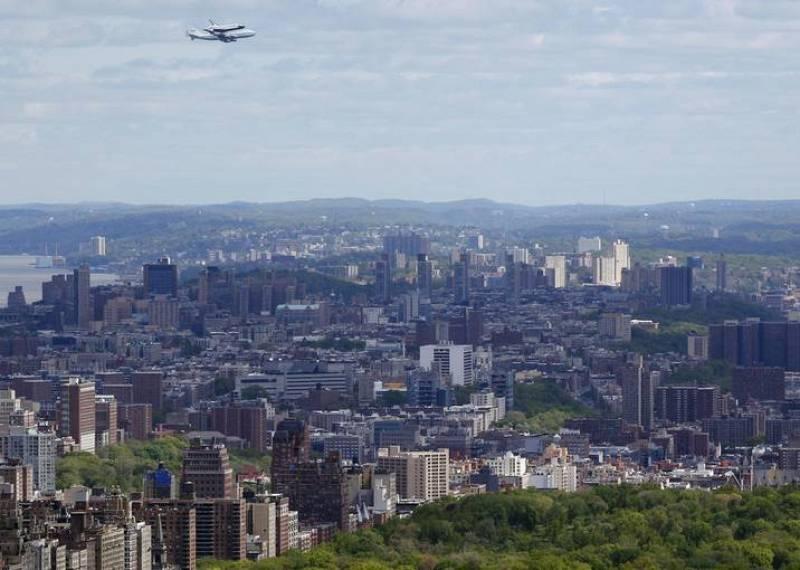 En varias semanas está previsto que el transbordador se desmonte del 747 y se coloque en una barcaza que lo remolcará río arriba por el Hudson hasta el museo, que en julio prevé abrirlo al público.