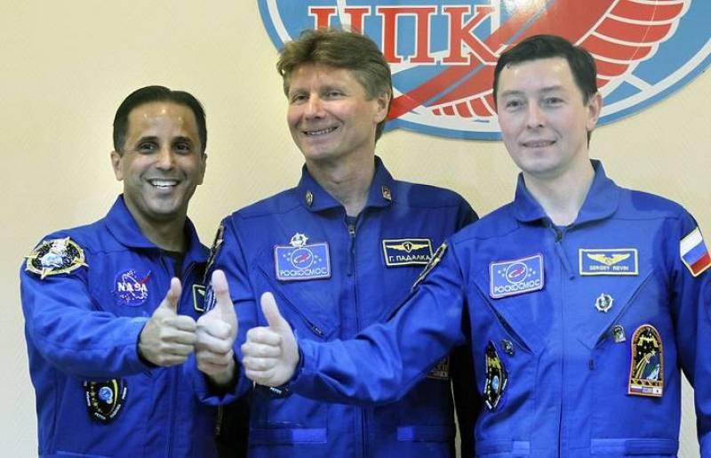 El astronauta estadounidense Joseph Michael Acaba y los cosmonautas rusos Gennady Padalka y Sergei Revin