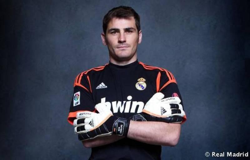Iker Casillas muestra la primera equipación del portero