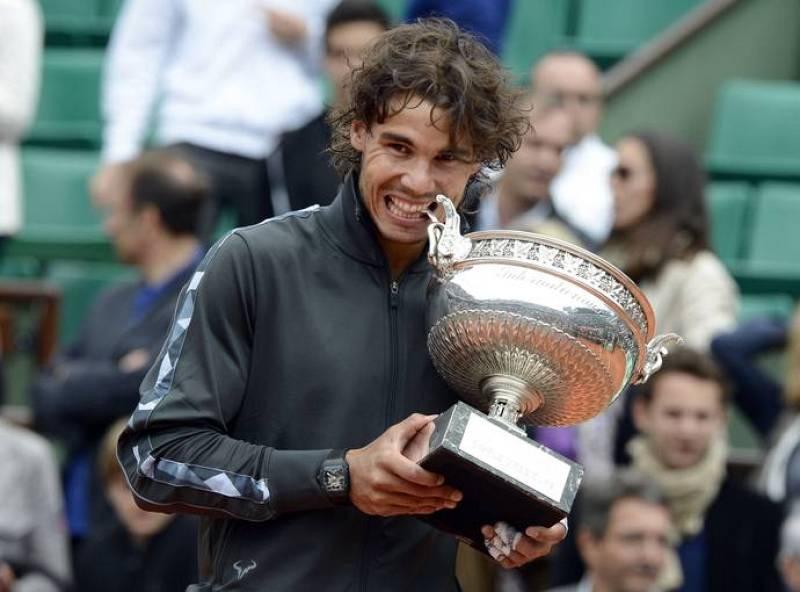 Rafael Nadal muerde una de las asas de su séptimo Roland Garros. Es algo que solo ha podido hacer él en toda la historia.