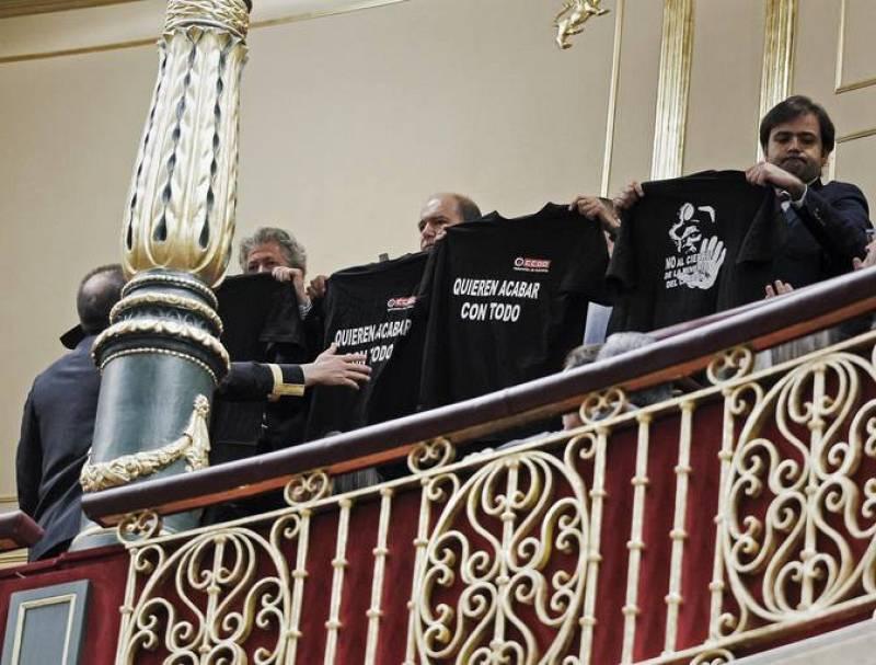Los mineros han exhibido camisetas negras alusivas al conflicto de la minería