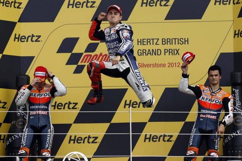 Lorenzo celebra en el podio su victoria en Silverstone