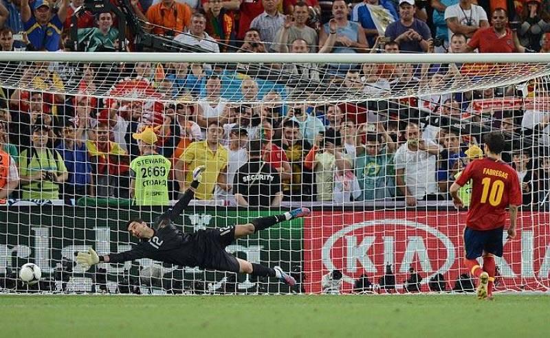 Fábregas lanza el quinto y definitivo penalti