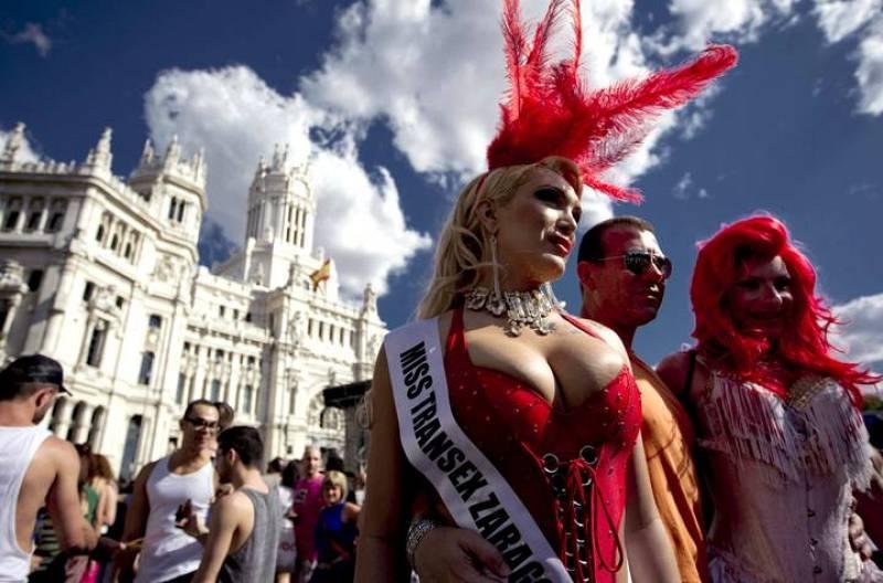 Unos transexuales posan en la Plaza de Cibeles.