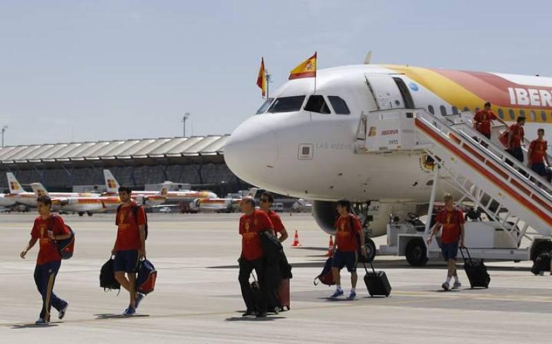 Los jugadores de la selección española, a su llegada al Aeropuerto de Barajas.