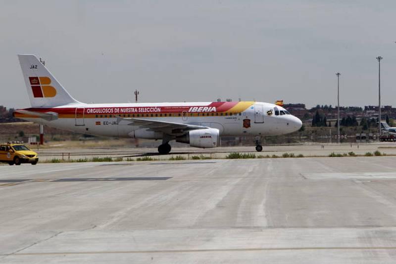 El avión que traslada a la selección española de fútbol, a su llegada al aeropuerto de Barajas.