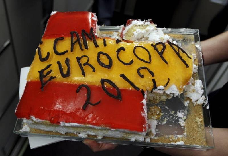 Vista de la tarta con la que la tripulación del avión obsequió a la selección española de fútbol en el vuelo.