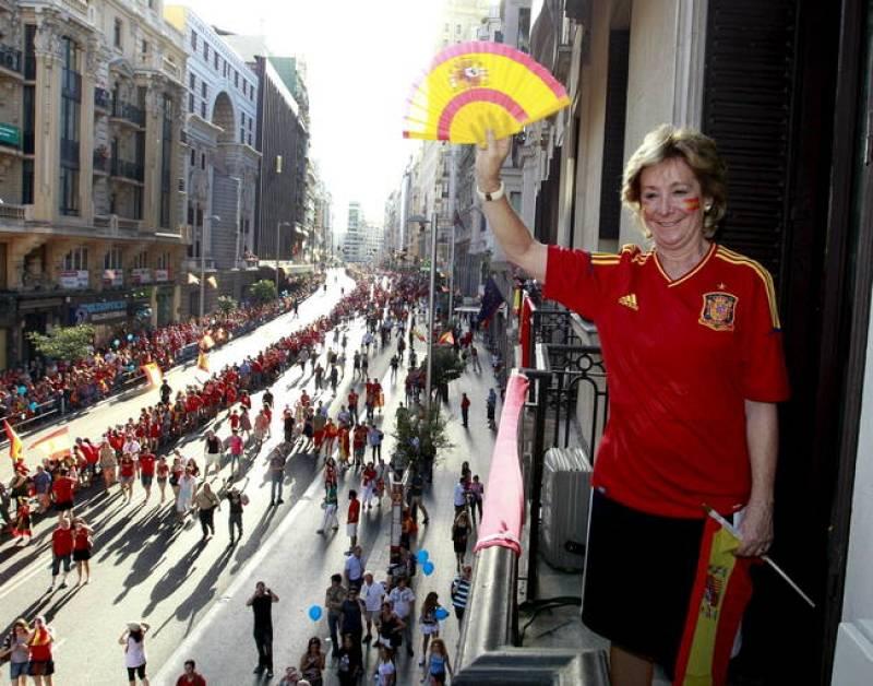 La presidenta de la Comunidad de Madrid, Esperanza Aguirre, espera en la Gran Via madrileña la llegada de los jugadores de la selección española de fútbol