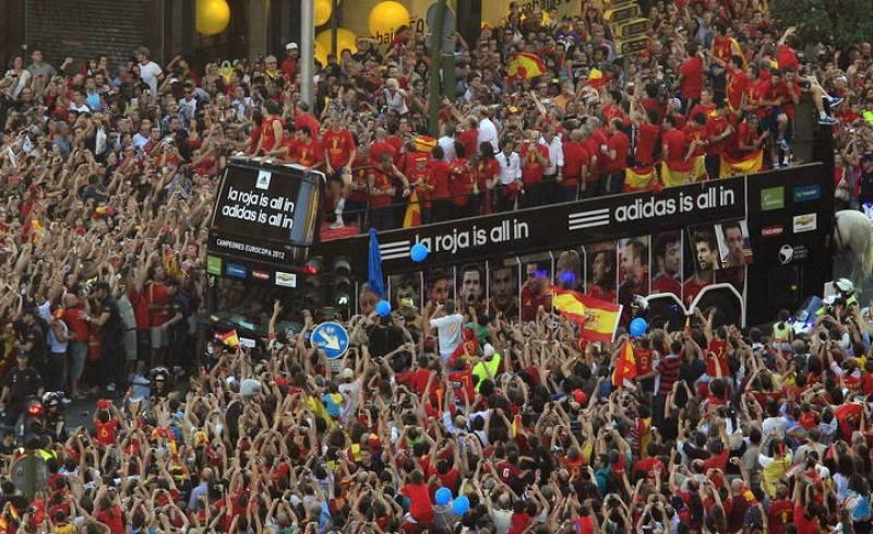 El autobús con los jugadores de la selección española atraviesa la Gran Vía de camino a la Plaza de Cibeles de Madrid