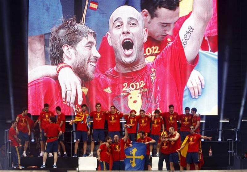 Pepe Reina, en el centro del escenario, bromea con Sergio Ramos