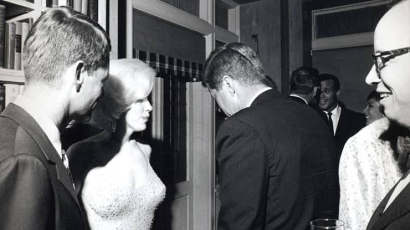 Marilyn Monroe con el presidente de EEUU John F. Kennedy (de espaldas a la cámara) y el fiscal general Robert Kennedy (izquierda), con motivo de las celebraciones del 45º cumpleaños del presidente Kennedy en el Madison Square Garden de Nueva York.