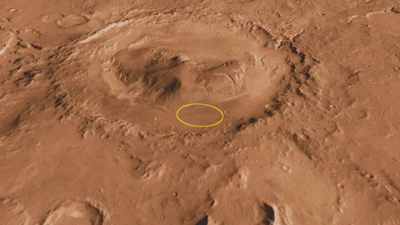 El cráter Gale, con la zona de aterrizaje de Curiosity marcada en amarillo