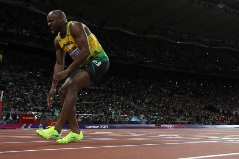 Asafa Powell llegó dolorido a la meta tras lesionarse en el comienzo de la prueba.