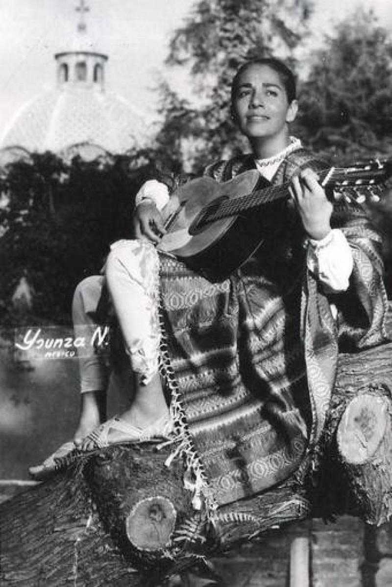 Chavela Vargas junto a su guitarra