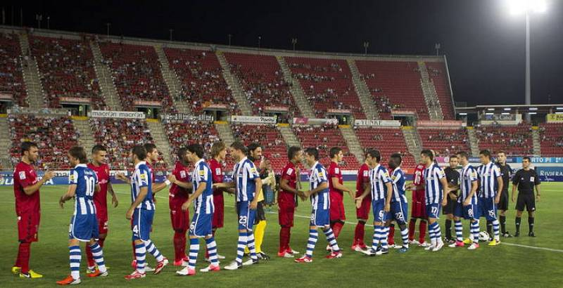 Los jugadores del RCD Espanyol y del RCD Mallorca en el partido disputado el sábado a las 23:00 horas en el estadio Iberostar de la capital balear, al fondo la grada prácticamente vacía.
