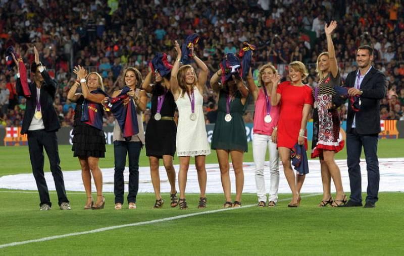 Homenaje a los medallistas olímpicos antes de comenzar el partido de ida de la Supercopa de España.