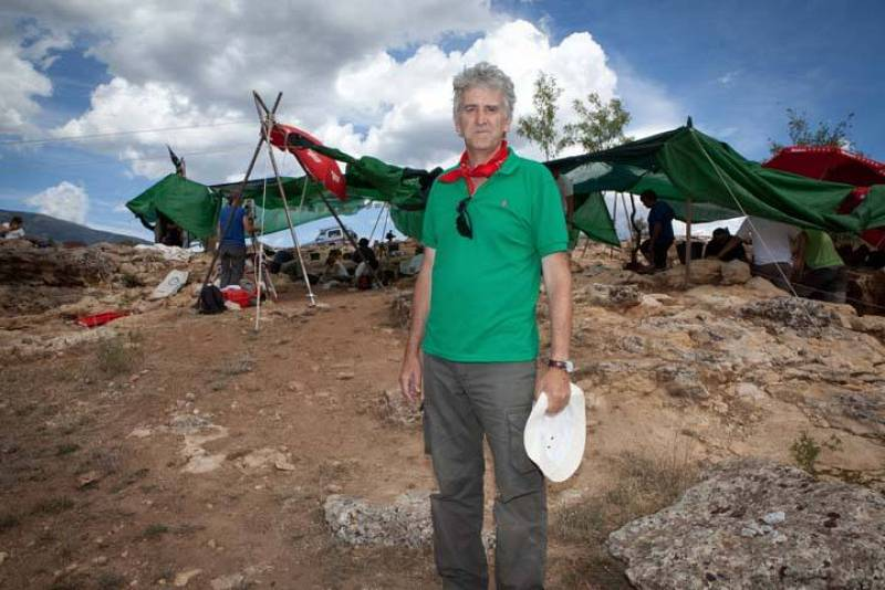 El paleontólogo Juan Luis Arsuaga, en las excavaciones