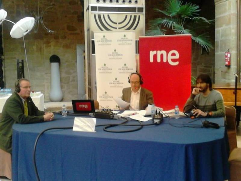 De izquierda a derecha, el alcalde de Haro, Patricio Capellán; Manolo HH y el periodista riojano Roberto Rivera.