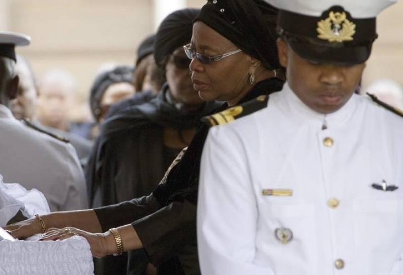 La viuda de Mandela, Graça Machel, se despide del que ha sido su marido los últimos 15 años.