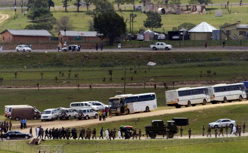 El féretro de Mandela recibe sepultura con honores militares en Qunu, la aldea en la que creció