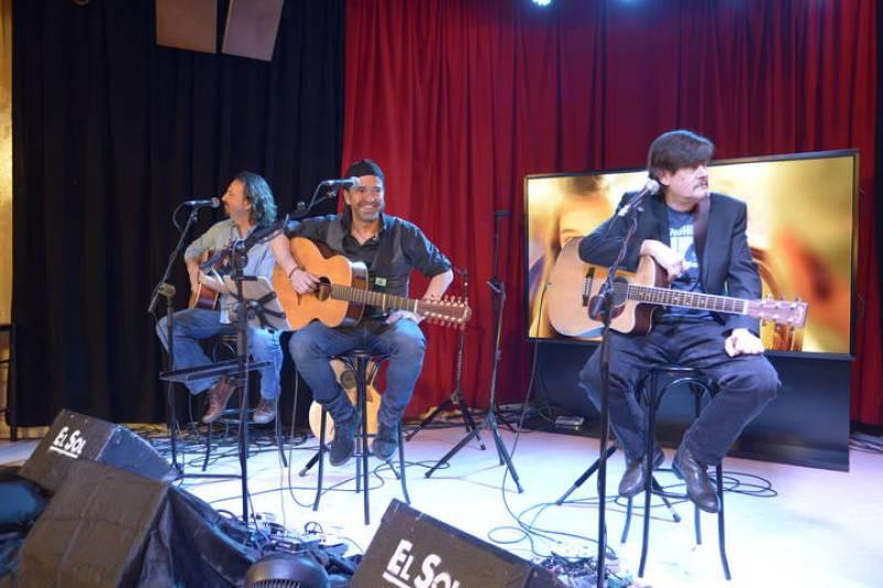 El grupo Los secretos no ha querido perderse la presentación. ofreciendo un pequeño concierto a los asistentes. Entre otros temas, han interpretado la sintonía de la serie.