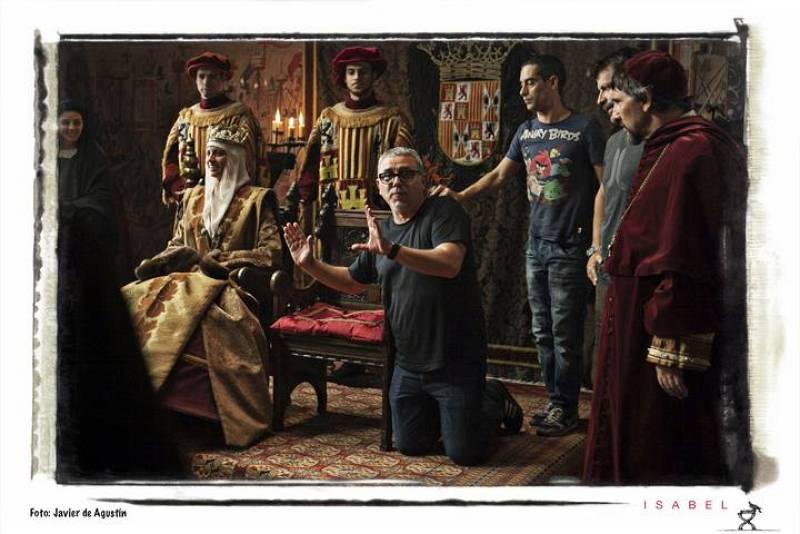 En la sala del trono de Castilla, Jordi Frades, director de la serie, le explica al reparto cómo van a grabar la escena