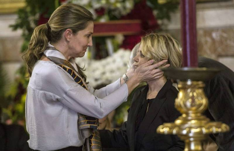Una mujer trata de consolar a Eugenia Martínez de Irujo, hija de la duquesa de Alba