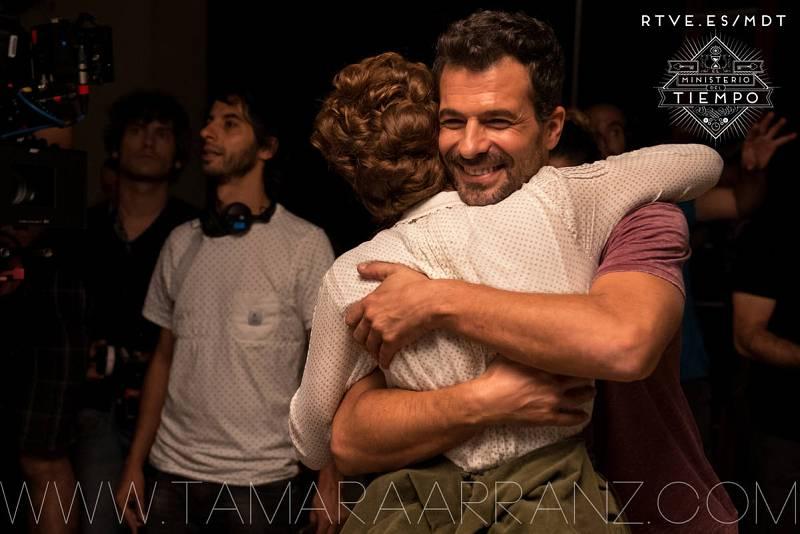 Rodolfo Sancho abraza a Aura Garrido en el primer día de rodaje de la segunda temporada de 'El Ministerio del Tiempo'
