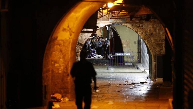 Las fuerzas de seguridad y de emergencia israelíes junto a una víctima mortal del atentado perpetrado en la Ciudad Vieja de Jerusalen
