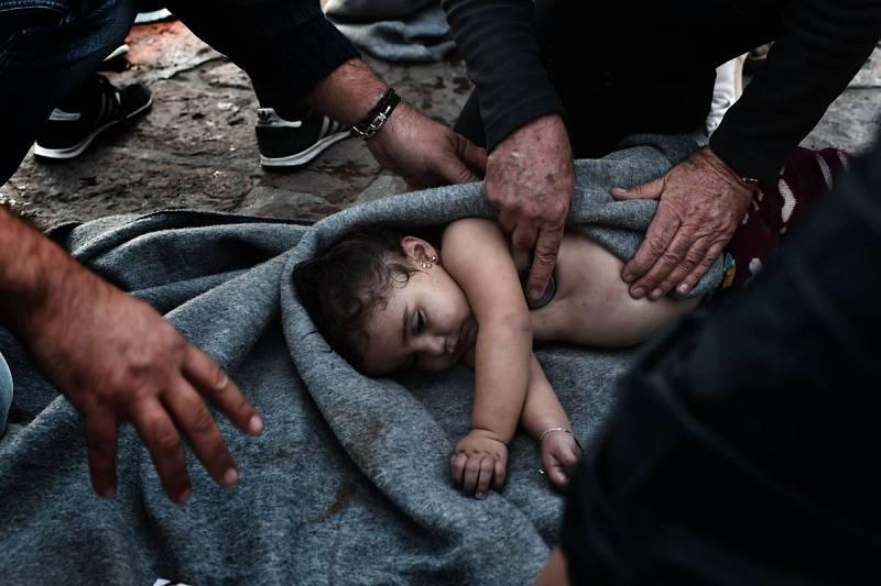 Los paramédicos intentan reanimar a un bebé en Lesbos