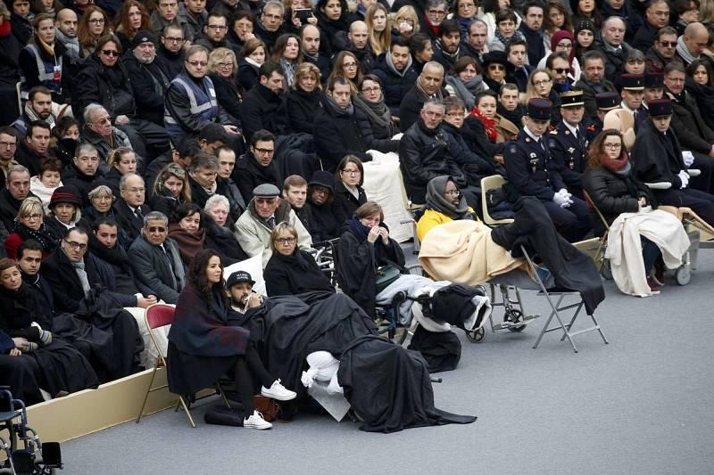 Algunos de los heridos en el atentado asisten al homenaje oficial en Los Inválidos
