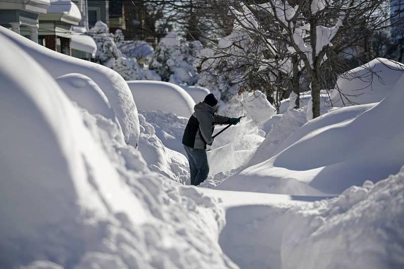 La nieve ha cubierto coches y carreteras
