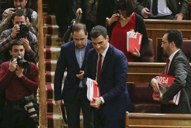 El secretario general del PSOE, Pedro Sánchez (primer término) abandona el hemiciclo, tras obtener 130 votos a favor, 219 en contra y una abstención, lejos de la mayoría absoluta.