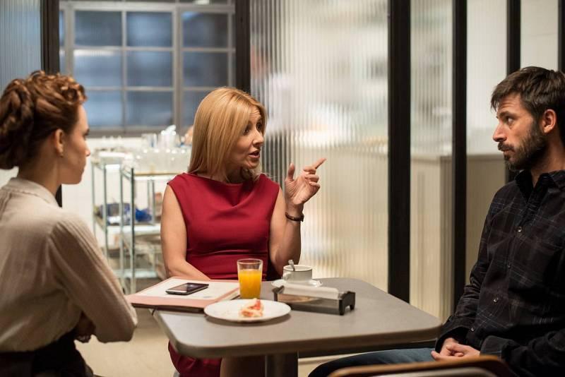 Amelia y Pacino con Irene en la cafetería hablan sobre dónde está Alonso