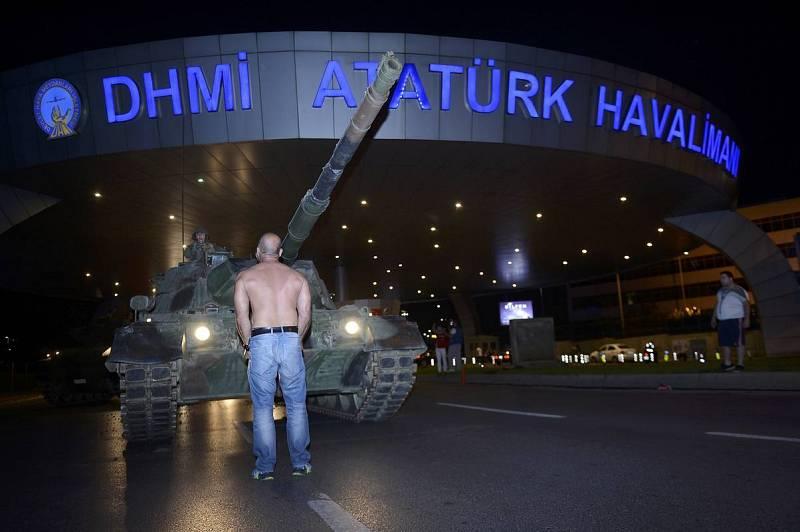 El hombre, después, se ha plantado frente al carro de combate rebelde.